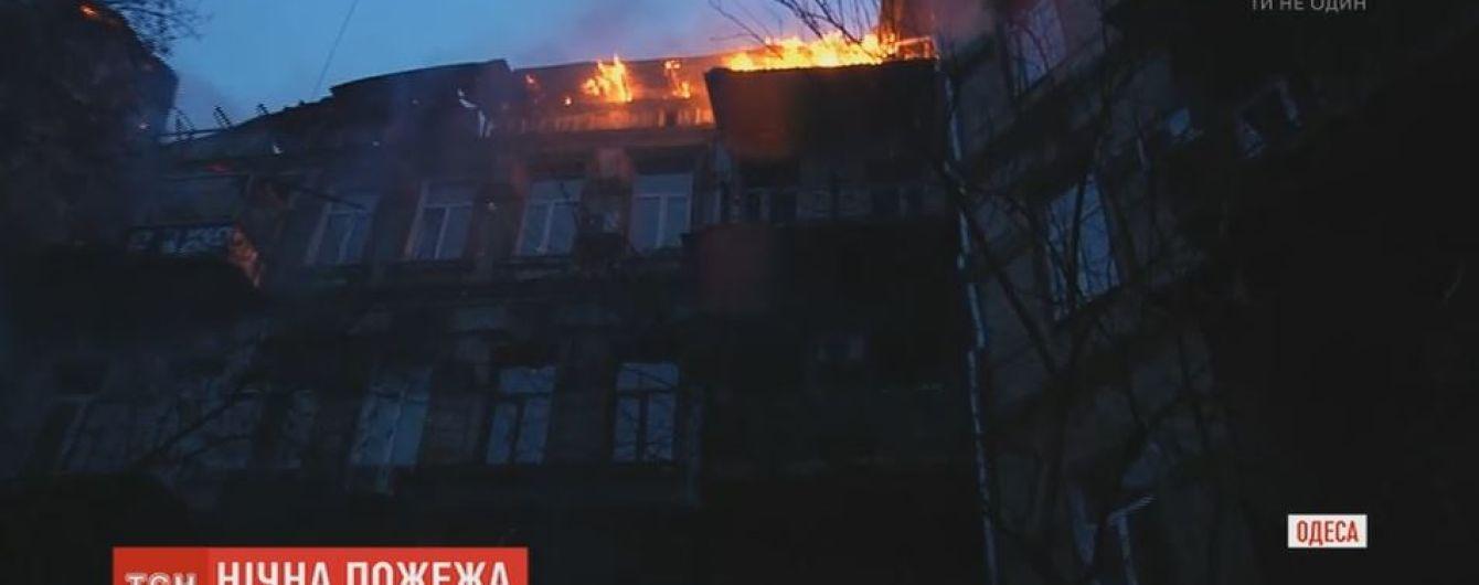 Через масштабну пожежу і вибух в житловому будинку Одеси постраждав рятувальник