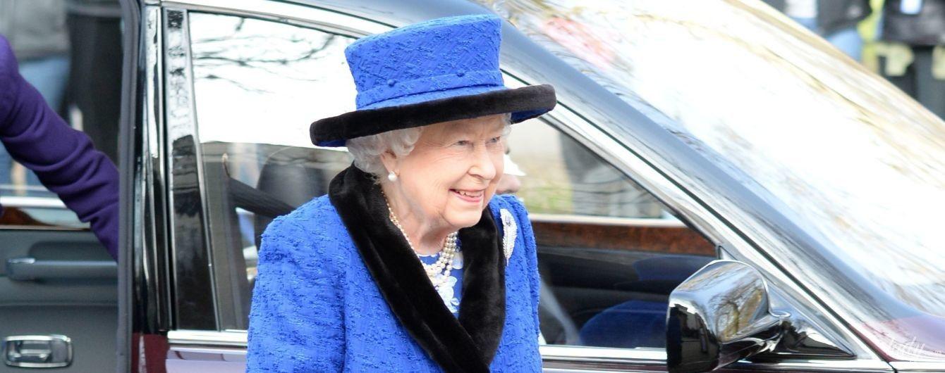 Сегодня она сияет: 92-летняя королева Елизавета II в ярком образе приехала на мероприятие