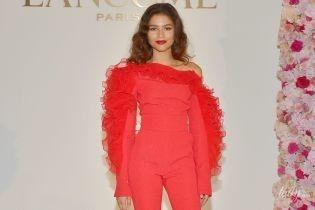Красотка в красном комбинезоне: 22-летняя актриса стала новым амбассадором Lancôme