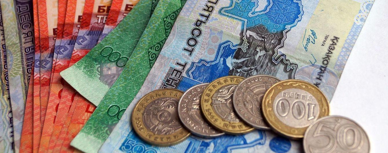 Казахстан прибере з банкнот написи російською мовою