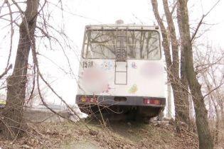 В Днепре водителю троллейбуса стало плохо за рулем: транспорт чуть не слетел в пропасть