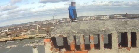 В Краматорске патрульные отговорили от самоубийства мужчину, который уже готов был прыгать с 9-этажки