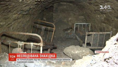 Комунальники під землею знайшли кімнату з ліжками на Тернопільщині