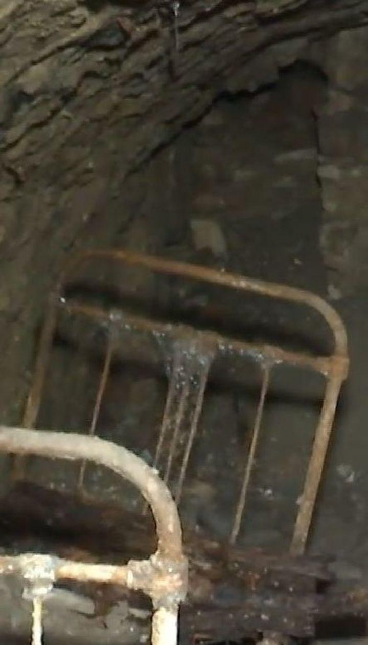 Коммунальщики под землей нашли комнату с кроватями на Тернопольщине