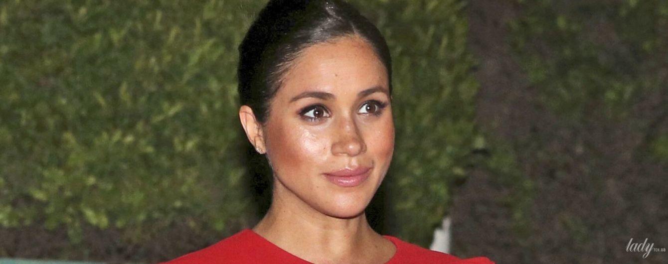 В красном платье Valentino: герцогиня Сассекская прилетела с принцем Гарри в Марокко
