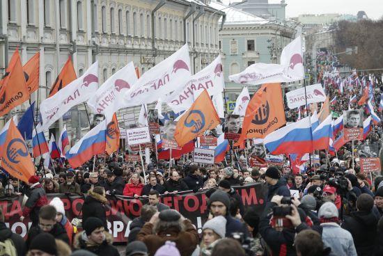 """""""Україно, ми з тобою"""" та """"Путін - злодій"""". В Росії відбулися акції пам'яті Нємцова"""
