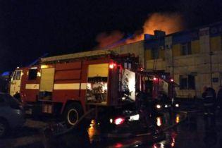 В Полтаве горит помещение автостанции и рынка