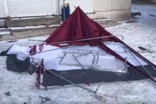 В Мариуполе снова разгромили палатку агитаторов Порошенко. Одного нападавшего задержали