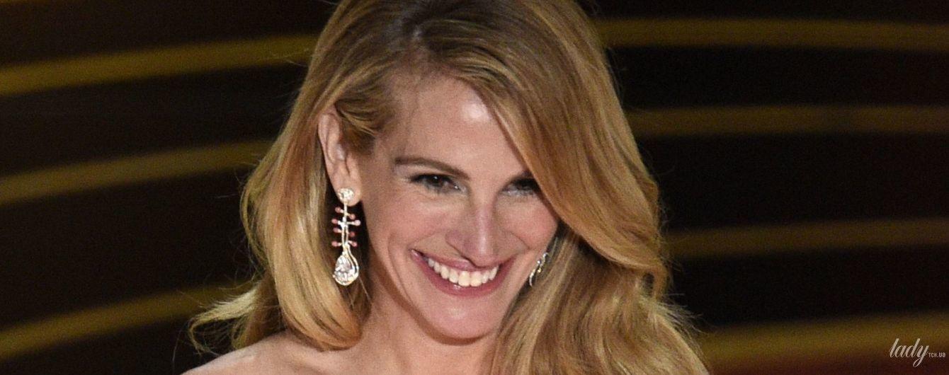 """Она безупречная: Джулия Робертс в платье цвета фуксии на сцене церемонии """"Оскар"""""""