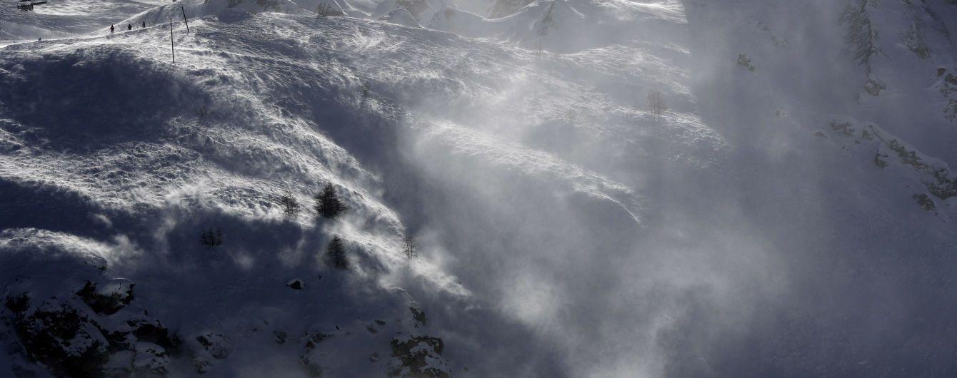Мощная лавина накрыла лыжников на курорте в Альпах