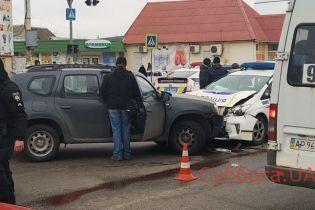 В Запорожье столкнулись полицейский Prius и легковушка Renault