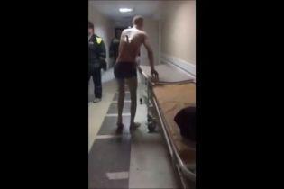 Российские медики не смогли удержать мужчину с ножом в спине, которому захотелось покурить