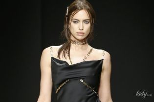 Леди в черном: Ирина Шейк предстала на публике в интересном наряде от Versace