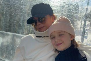Время с семьей: Бекхэмы отправились на горнолыжный курорт и делятся снимками с отдыха