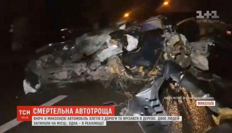 В Николаеве авто слетело с дороги и врезалось в дерево, есть погибшие