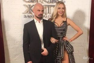 """У сукні з розрізом до пояса і сміливим декольте: Оля Полякова у розкішному образі презентувала """"Свінгери 2"""""""
