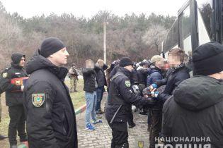 """Вооруженные и несовершеннолетние: в полиции рассказали подробности о задержанных возле Одессы """"титушках"""""""
