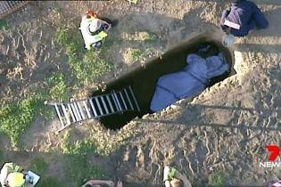 В Австралии сняли спасение мужчины из могилы со сломанной ногой