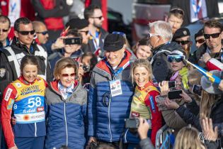 Любить змагання: 81-річна королева Соня разом з чоловіком відвідала спортивний захід