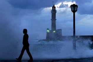 Острів Крит потерпає від потужного шторму, є жертва