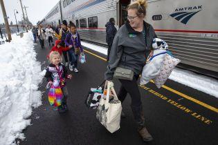 В США более 200 человек провели полтора суток в поезде, который замело снегом