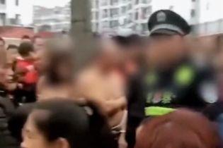 В Китае сняли обнаженных любовников, которых за измену привязали к дереву посреди улицы