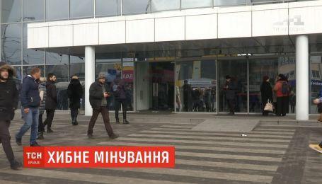 """У Києві через повідомлення про """"мінування"""" евакуювали відвідувачів ТЦ"""