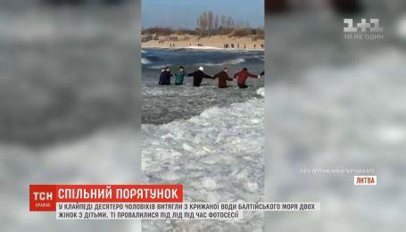 В Литве местные спасли из Балтийского моря двух женщин с детьми