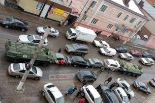 В Курске военные БТРы зажали целую полосу легковушек