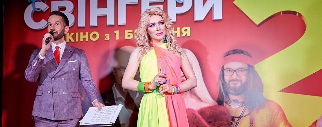 Невгамовна Монро в яскравій сукні позувала лежачи на червоній доріжці