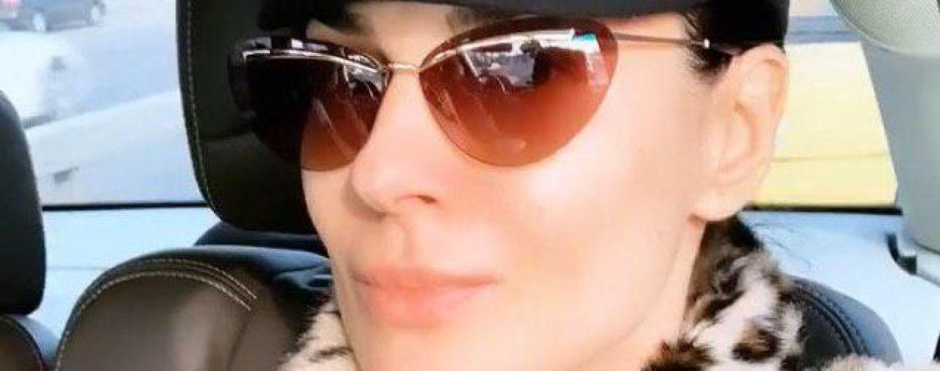 В леопардовой шубе, кепке и очках: Маша Ефросинина в стильном луке отправилась в поездку