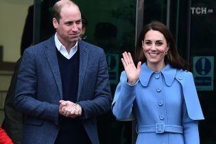Кейт Миддлтон в небесно-голубом пальто вместе с мужем посетила благотворительную организацию
