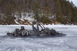 Выгоревшую дотла Tesla нашли посреди замерзшего озера в США