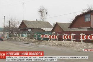 Двор на углу трассы к России годами страдает от машин, которые сносят забор