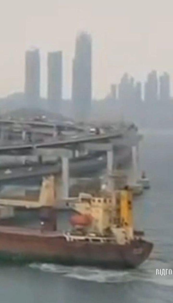 Нетрезвый российский капитан на корабле протаранил автомобильный мост в Южной Корее
