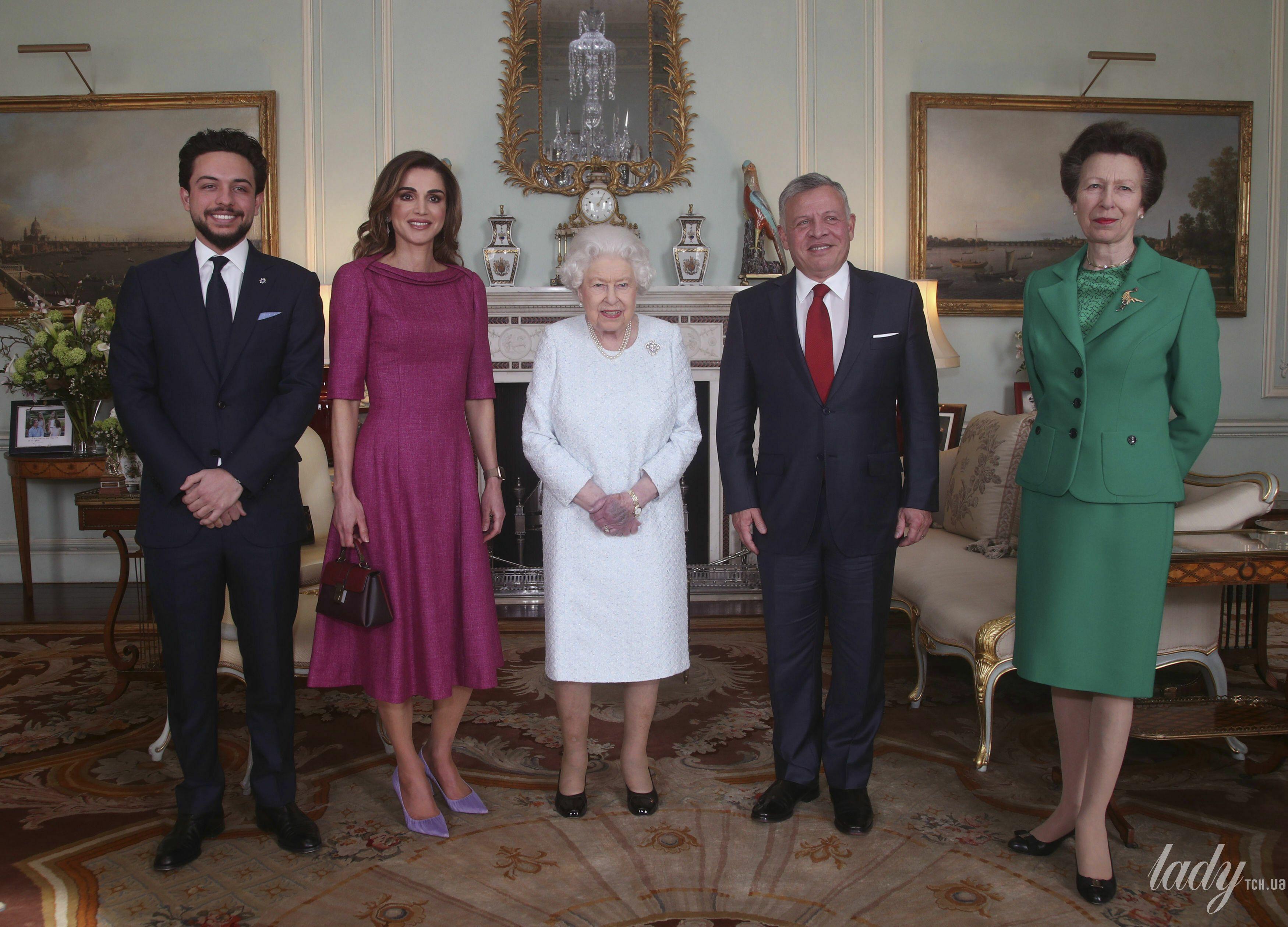 Фиолетовая рука 92-летней королевы Елизаветы испугала британцев