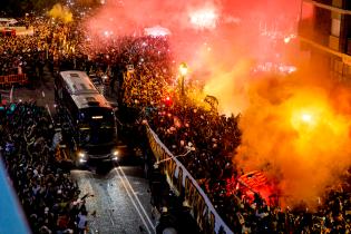 """Фанаты """"Валенсии"""" устроили фантастическое шоу в честь выхода в финал Кубка Испании впервые за 11 лет"""