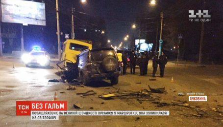 В Черновцах пьяный водитель врезался в маршрутку, которая остановилась на светофоре