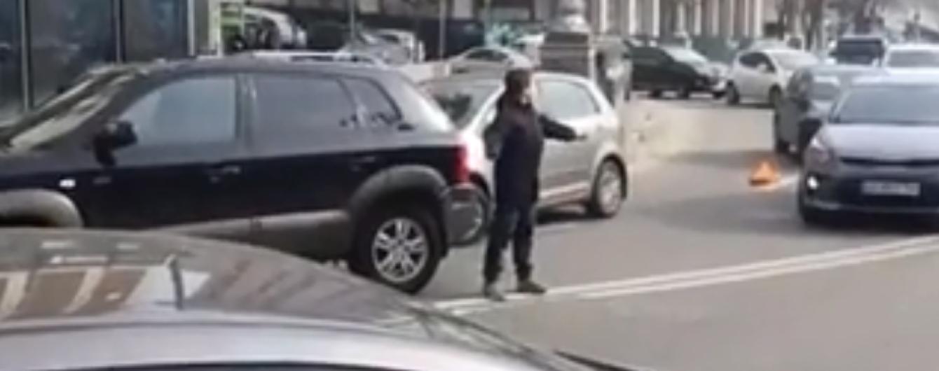 Красавчик. В Киеве парень сам разрулил движение машин в месте ДТП