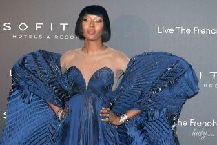 В платье с крыльями: Наоми Кэмпбелл в роскошном аутфите предстала на вечеринке