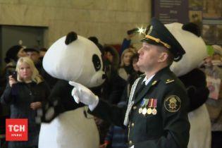 В киевском метро с пандами и оркестром встретили весну