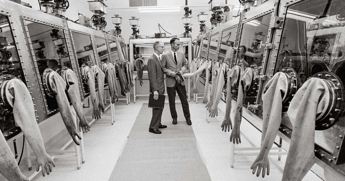 Пілот командного модуля Apollo 11 Майкл Коллінз перевіряє місячну приймальну лабораторію NASA.
