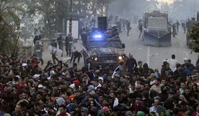 В Алжирі 56 поліцейських постраждали у сутичках з мітингувальниками, які протестують проти президента