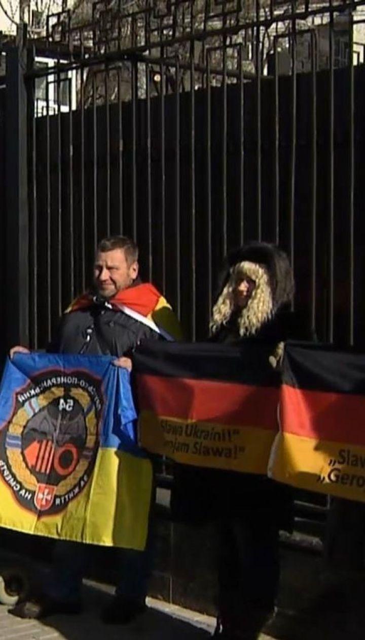 Волонтер з Німеччини вимагав звільнити полонених моряків під стінами посольства РФ