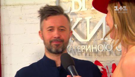 Сергей Бабкин проверяет концертные площадки на чистоту, выступая босиком