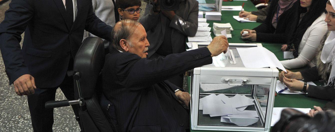 Конец 20-летнему правлению: президент Алжира официально подал в отставку после массовых протестов