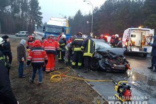 На окраине Киева грузовик протаранил легковушку, пострадали пять человек