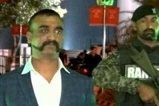 Пленный Пакистаном пилот из Индии стал дома законодателем моды