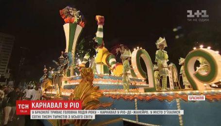 В Бразилии танцовщики и музыканты в разноцветных костюмах развлекают туристов