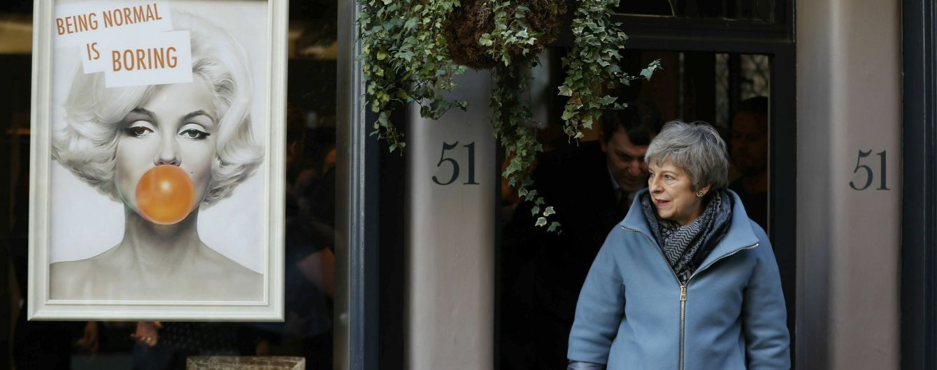 Тереза Мэй посетила Солсбери через год после отравления экс-разведчика РФ